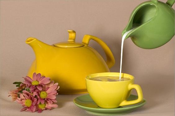 Молоко наливается в чай