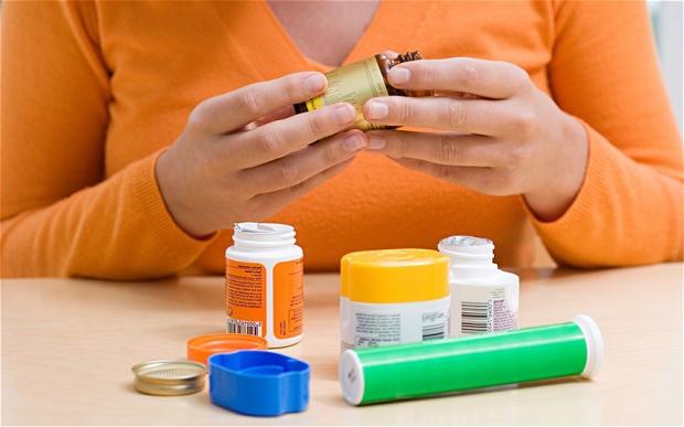 Девушка читает состав лекарства