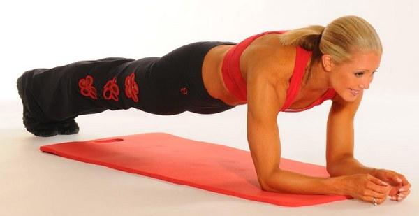 Женщина делает планку для похудения