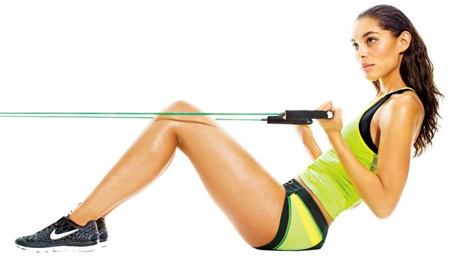 Девушка делает упражнение с эспандером для похудения