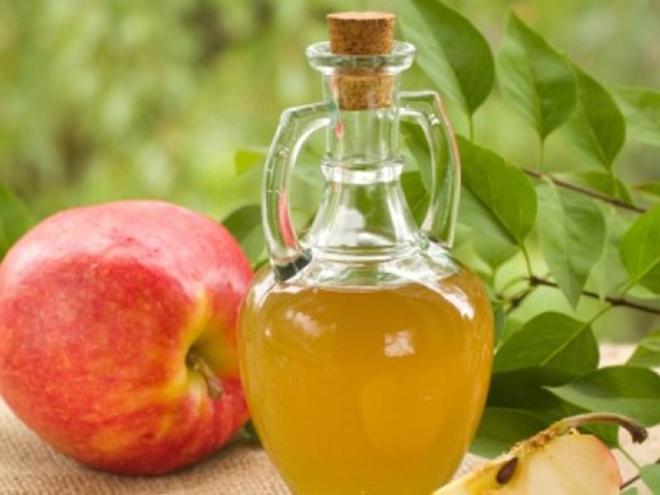 Яблочный уксус и яблоко
