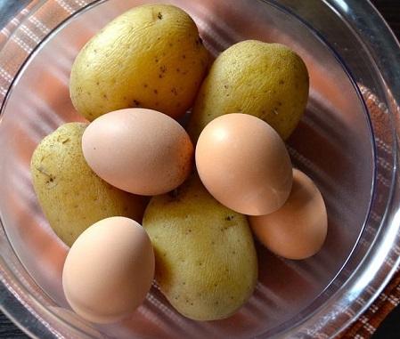 Отварной картофель и яйца